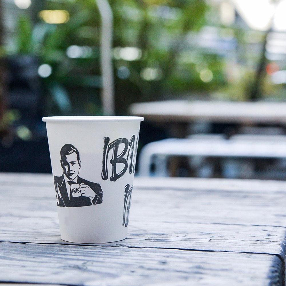 テラス席とコーヒー